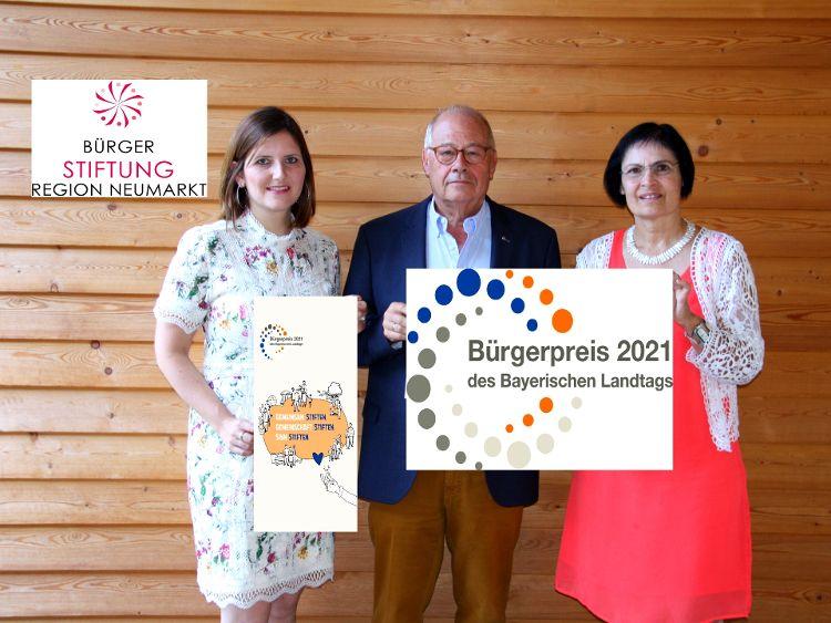 Foto (Hiereth): Der Bürgerpreis des Bayerischen Landtages ist eine große Ehre und Anerkennung für die Bürgerstiftung. (v. links: Sophie Stepper, Helmut Rauscher, Vera Finn (alle Vorstand)