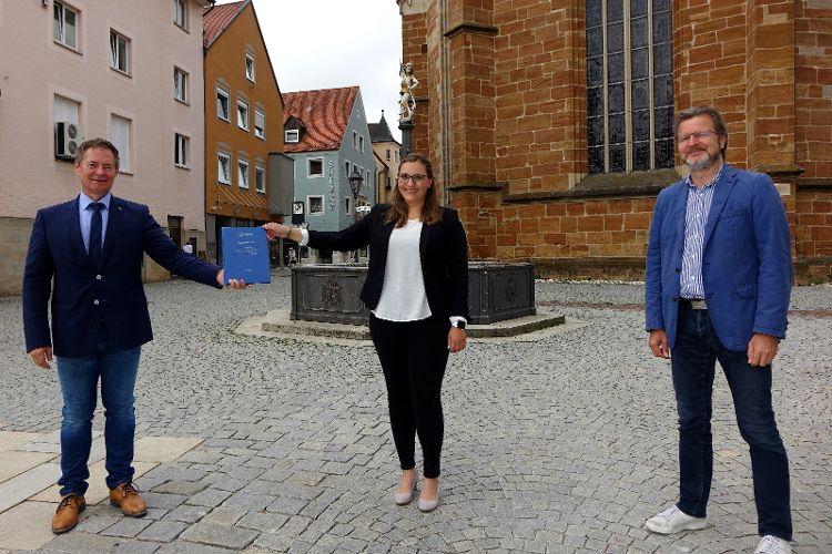 Bild: Übergabe der Bachelorarbeit: Oberbürgermeister Thomas Thumann, Lisa Vieweg und Ralf Mützel (von links)  Foto: Dr. Franz Janka/Stadt Neumarkt