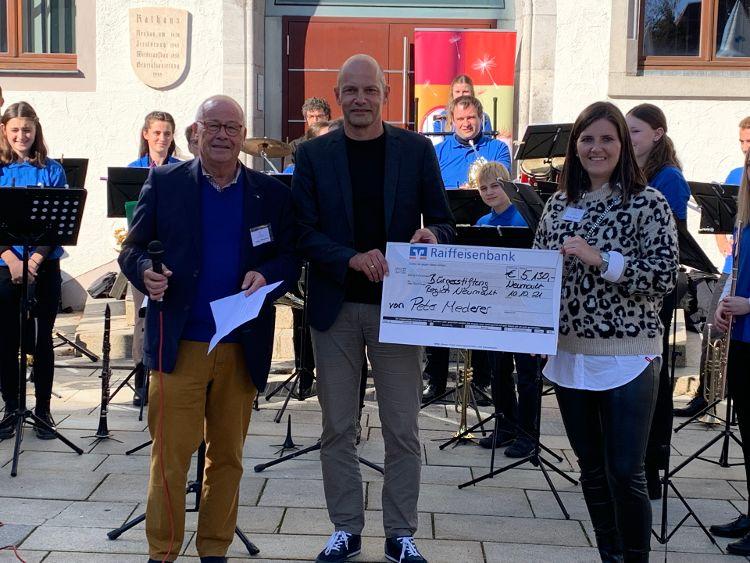 Foto (Vera Finn): Peter Mederer (Mitte) überreichte den Spendenscheck an Helmut Rauscher und Sophie Stepper vom Vorstand der Bürgerstiftung.