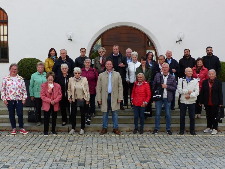 Foto: Herbert Meier - Oberbürgermeister Thomas Thumann (mitte) begrüßte zusammen mit Stadträtin Rita Großhauser (ganz links) die Neu-Neumarkter