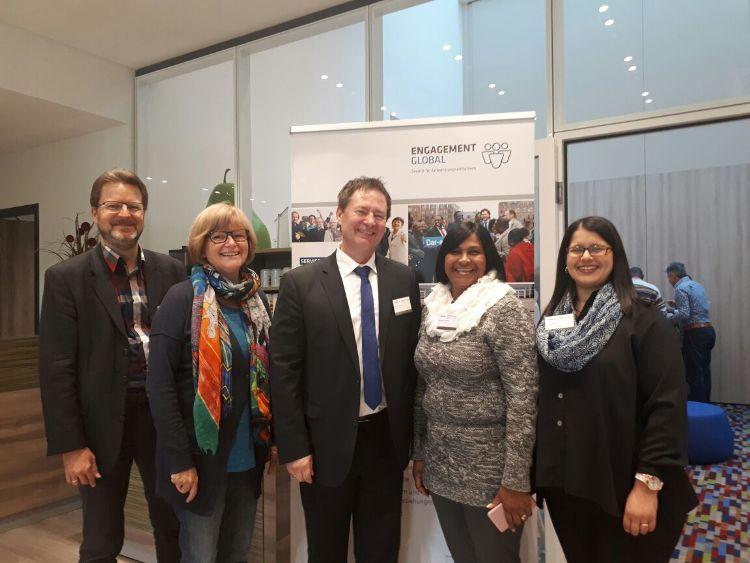 Oberbürgermeister Thomas Thumann (Mitte) mit Amtsleiter Ralf Mützel, Stadträtin Ruth Dorner, Christephine Kearns und Cindy Winter.