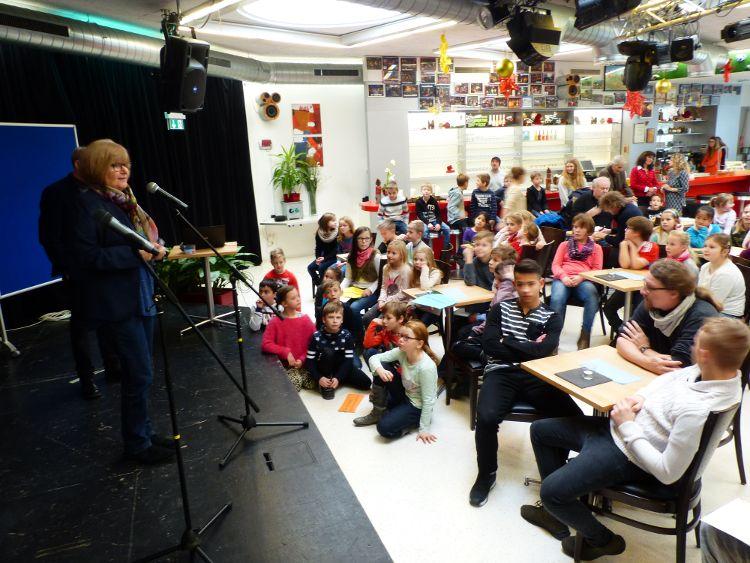 Stadträtin Ruth Dorner begrüßte die Kinder und Jugendlichen im G6.