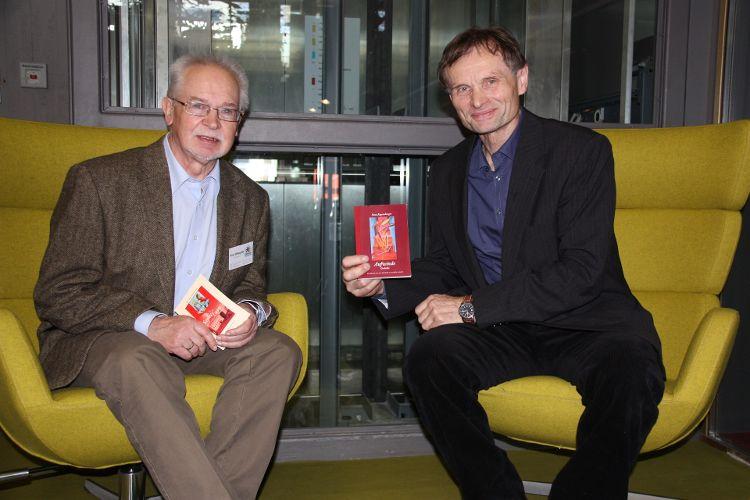 Paul Weppler (links) dankte Hans Regensburger für seine Lesung vor den GENiAL-Senioren.