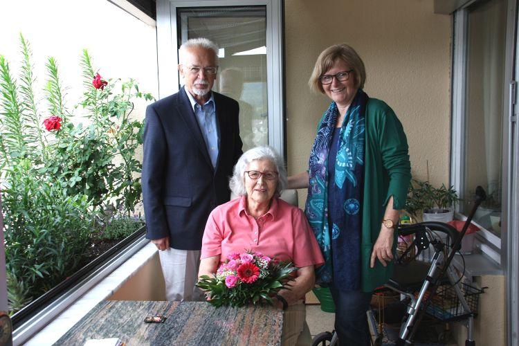 Foto (Vera Finn): Paul Weppler begrüßt gemeinsam mit Stadträtin Ruth Dorner Maria Ziegler als 500. Mitglied von GENiAL e.V.