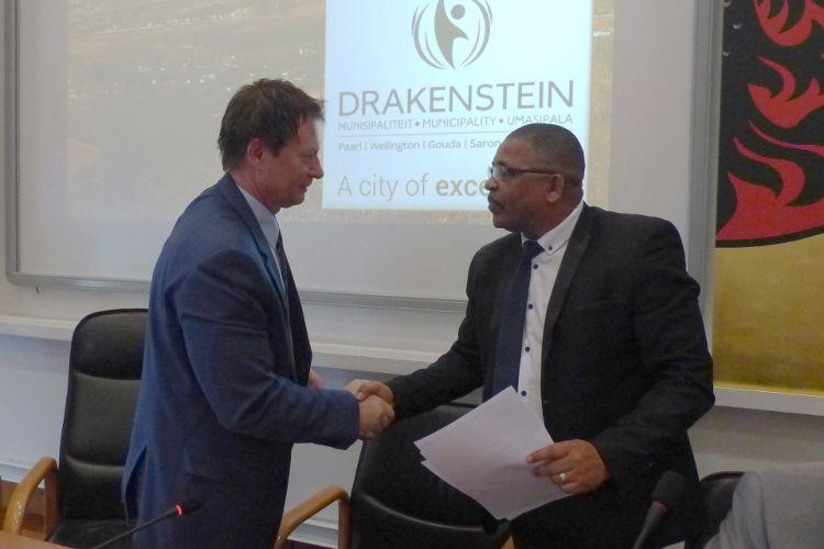 Foto 1 (Ralf Mützel): Oberbürgermeister Thomas Thumann bedankt sich bei seinem Kollegen Conrad Poole für seine Rede im Stadtrat der Stadt Neumarkt.