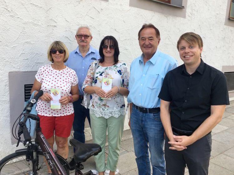 Die Stadträte Jakob Bierschneider (2.v.links) und Bernhard Lehmeier (4. v.links) sowie Christian Eisner von aktives Neumarkt e.V. gratulieren stellvertretend für alle Gewinner Beate Segerer und Manuela Kollmann.