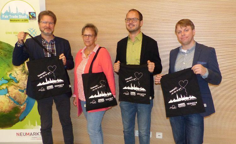 """Ralf Mützel, Christine Tischner, Matthias Auhuber und Christian Eisner stellen die """"Faire Neumarkter Einkaufstasche"""" vor."""