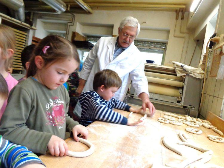 Bäckermeister Düring umringt von interessieten Kindern