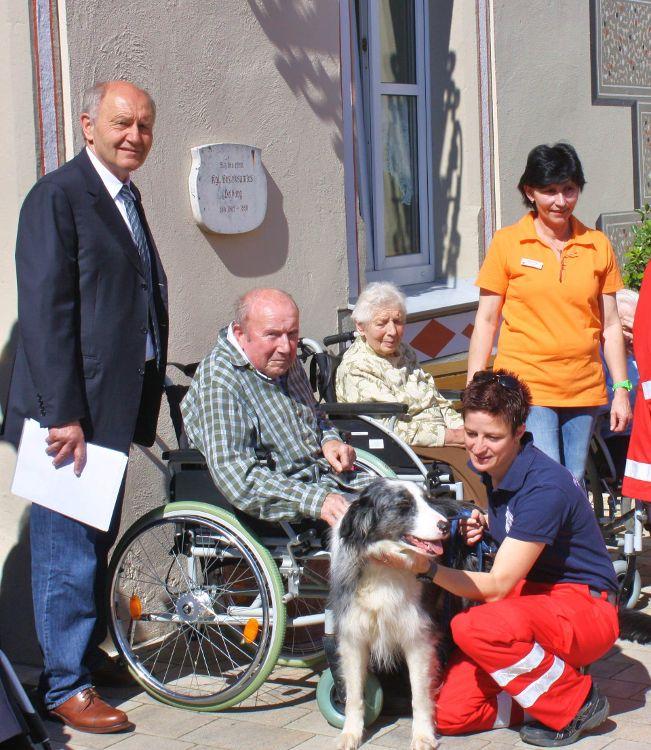 Dr. Heinz Sperber (Vorstand der Bürgerstiftung), Bewohner und Mitarbeiter des Hauses Mariacron, Velburg sowie ein Mitglied der Rettungshundestaffel des BRK Neumarkt mit Hund.