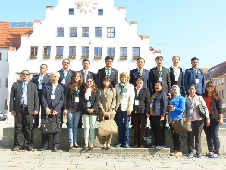 Die Besuchergruppe vor dem Neumarkter Rathaus