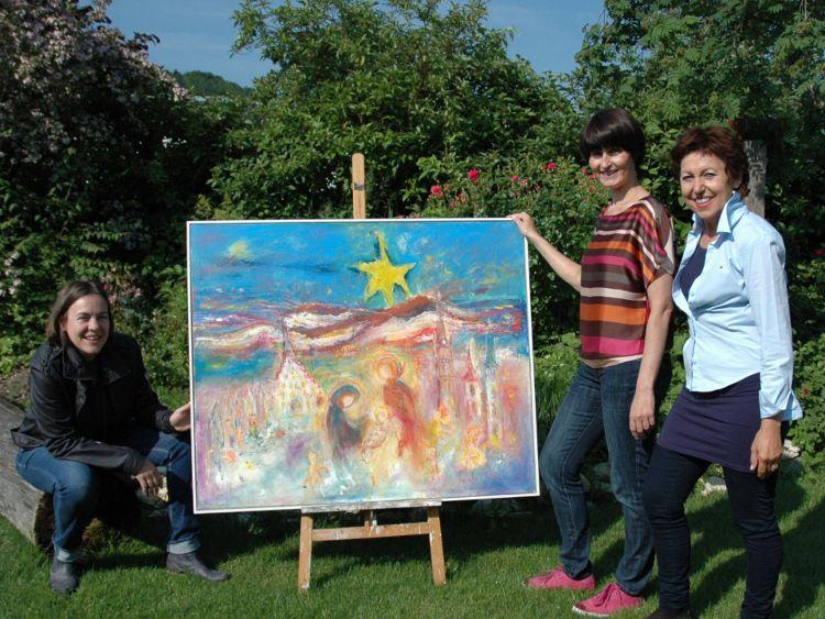 Monika Bradl (rechts) präsentiert zusammen mit Eva Diepenseifen und Gerlinde Sturm von der Bürgerstiftung das Motiv für den Advents-Los-Kalender 2014
