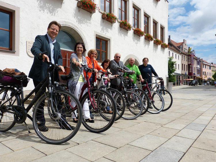 Ralf Mützel vom Amt für Nachhaltigkeitsförderung, Stadträtin Ruth Dorner und Bürgermeister Albert Löhner werben für das Stadtradeln