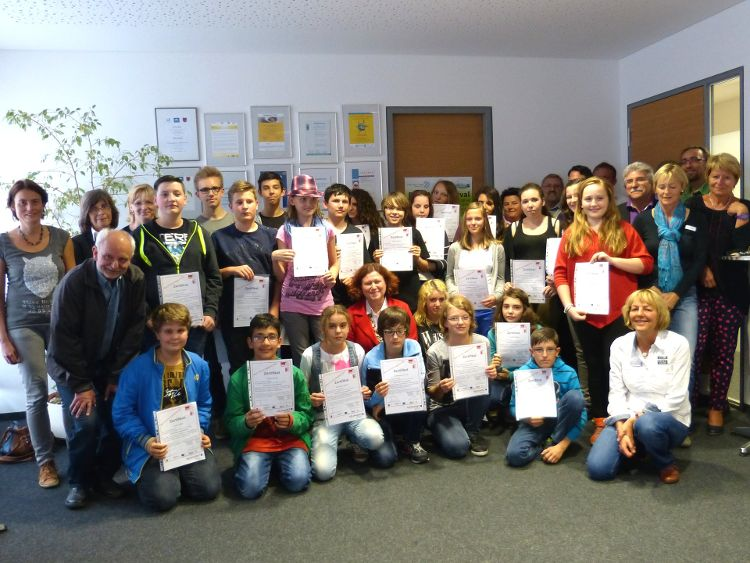Zertifikate wurden im Bürgerhaus an die Jugendlichen übergeben