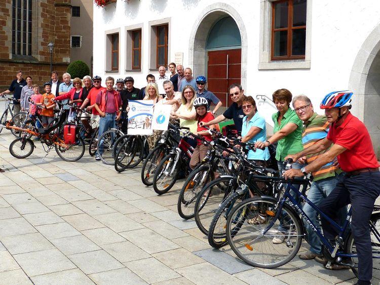 Vor dem Rathaus kamen alle Siegerteams und das Neumarkter Organisationsteam zu einem gemeinsamen Foto zusammen.