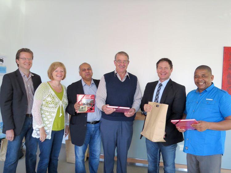 Foto (Dr. Franz Janka): Oberbürgermeister Thomas Thumann (2.v.rechts) empfing die Delegation aus Drakenstein im Rathaus. Bürgermeister Conrad Poole (1.v.rechts) freute sich gemeinsam mit seinen Kollegen über die Gastfreundschaft.