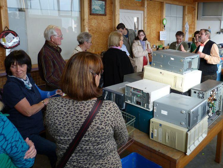 Foto Herbert Meier: Hans-Georg Spille (ganz rechts) zeigte den Besuchern die PC-Komponenten-Entsorgung