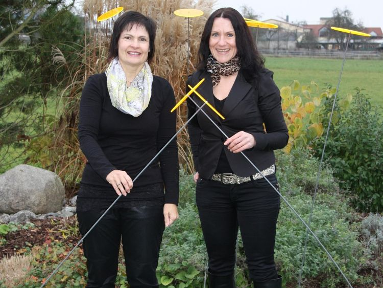 "FAN-Vorsitzende Vera Finn (links) freut sich, wenn Rosi Niklas am 6. Dezember viele Sonnenfänger für das Projekt ""Jung hilft alt"" verkauft."