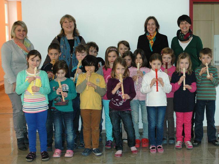 Foto v.l.n.r.: Christine Fersch (Konrektorin Theo-Betz-Schule), Daniela Glaser (Theo-Betz-Schule) Kinder des Flötenkurses, Eva Diepenseifen (Bürgerstiftung), Gerlinde Sturm (Bürgerstiftung)