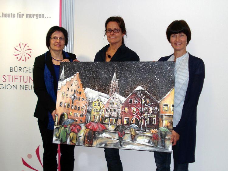Foto: Karin Allar (Mitte) präsentiert zusammen mit Vera Finn und Gerlinde Sturm von der Bürgerstiftung das Motiv für den Advents-Los-Kalender 2013.