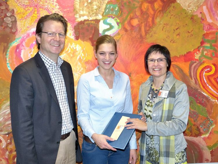 Foto Herbert Meier: Bachelorabsolventin Ilona Blomeier überreicht ihre Arbeit an Amtsleiter Ralf Mützel und FAN-Vorsitzende Vera Finn