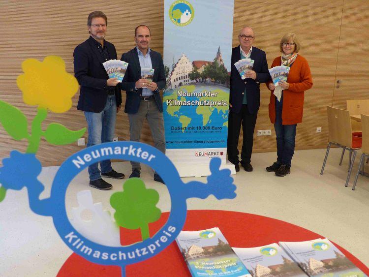 Von rechts nach links: Stadträtin und Nachhaltigkeitsreferentin Ruth Dorner, Hans Werner Gloßner von Gloßner Immobilien, Georg Hollfelder von Klebl Hausbau und Ralf Mützel, Amtsleiter Amt für Nachhaltigkeitsförderung.