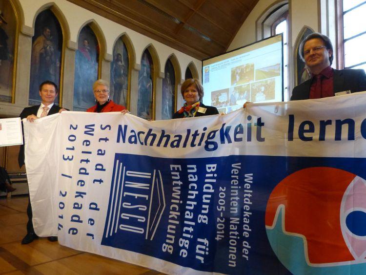 Oberbürgermeister Thomas Thumann, Prof. Lenelis Kruse-Graumann, Bürgermeisterin Ruth Dorner und Ralf Mützel bei der Verleihung in Frankfurt (von links)