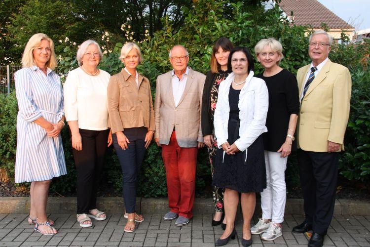Foto (Alexandra Hiereth): Die Bürgerstiftungsakteure freuen sich über die Auszeichnung (von links: Eva Bauer, Carola Egger, Gudrun Berschneider, Helmut Rauscher, Sophie Stepper, Vera Finn, Marlis Knychalla, Dr. Peter Hasse)
