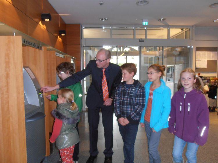 Foto: Helga Göllner - Den Kindern wird der Umgang mit dem Geldautomaten gezeigt