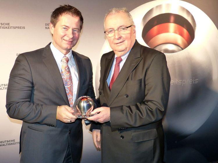 Foto: Mario Firyn - Oberbürgermeister Thomas Thumann konnte die Auszeichnung aus den Händen von Prof. Dr. Klaus Töpfer entgegen nehmen.