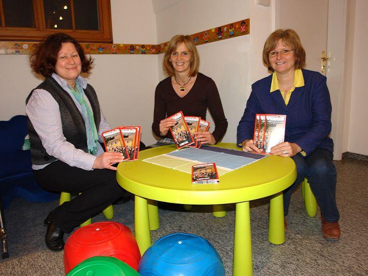 Stadträtin und Familienreferentin Gertrud Heßlinger, Projektleiterin Anita Dengel und Bürgermeisterin Ruth Dorner (von links) stellten den Neumarkter Familienführer vor