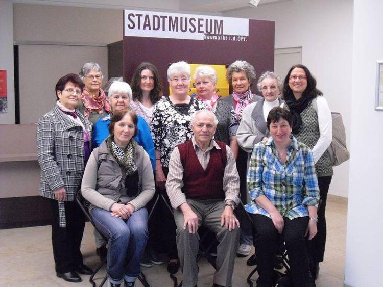 Mit dem Café der Welt Kultur erleben – wie hier z.B. beim Besuch im Stadtmuseum. Ganz rechts außen: Projektleiterin Helga Göllner