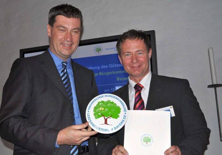 Staatsminister Dr. Markus Söder überreichte Oberbürgermeister Thomas Thumann das Gütesiegel für Neumarkt
