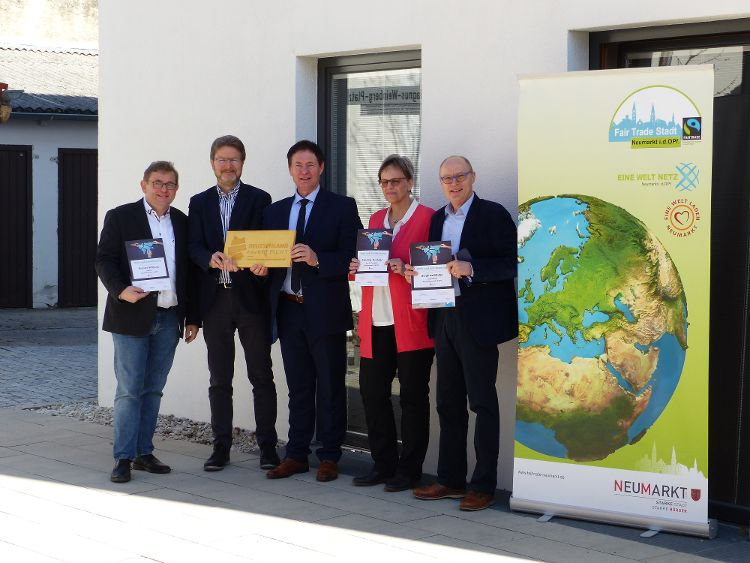 Oberbürgermeister Thomas Thumann (Mitte) und Ralf Mützel, Amt für Nachhaltigkeitsförderung, übergaben die Urkunden an Richard Willjung, Christine Tischner und Siegfried Müller (von links nach rechts) für ihr Engagement für eine nachhaltige Beschaffung.