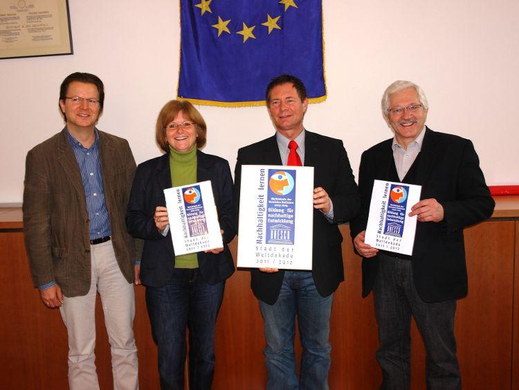 (Foto: Dr. Franz Janka) Ralf Mützel, Bürgermeisterin Ruth Dorner, Oberbürgermeister Thomas Thumann und 2. Bürgermeister Franz Düring freuen sich über die Auszeichnung