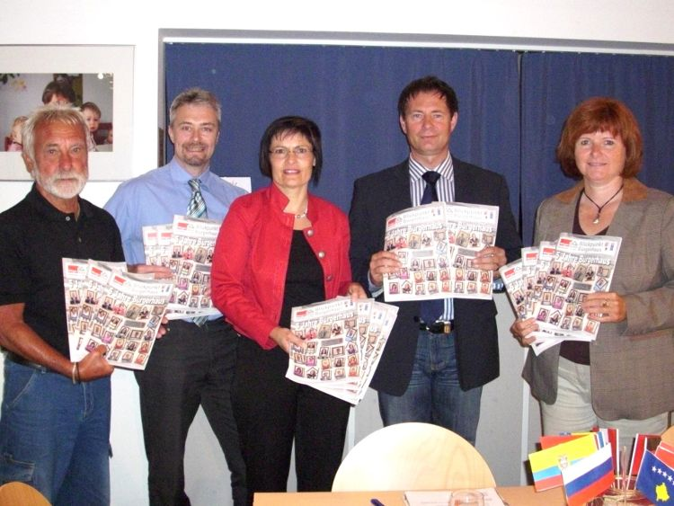 Die Vorstellung des neuen Blickpunkt (v.l.n.r.: Oskar Haselmann, Herbert Meier, 1. Vorsitzende der FAN Vera Finn, Oberbürgermeister Thomas Thumann, Bürgermeisterin Ruth Dorner).