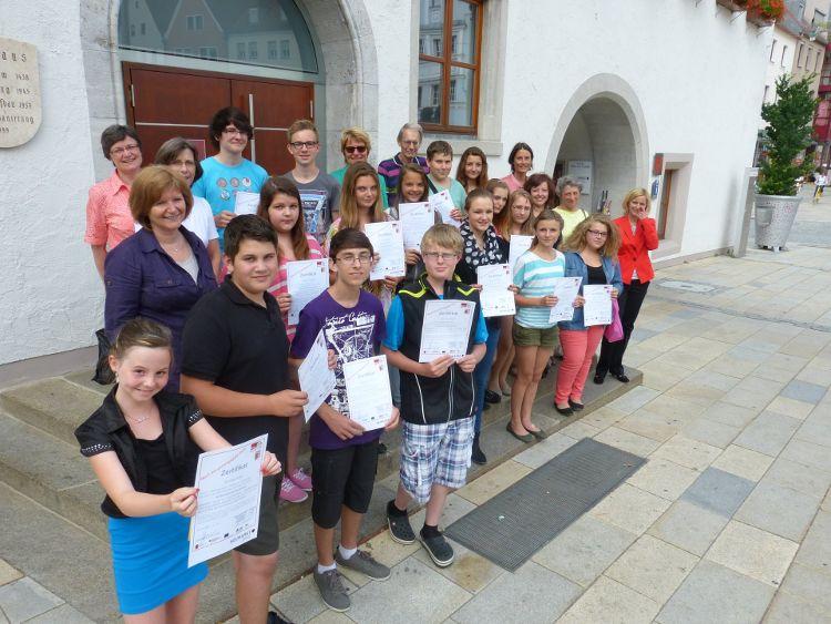 Foto: Herbert Meier - stolz präsentieren die erfolgreichen Teilnehmer ihre Zertifikate
