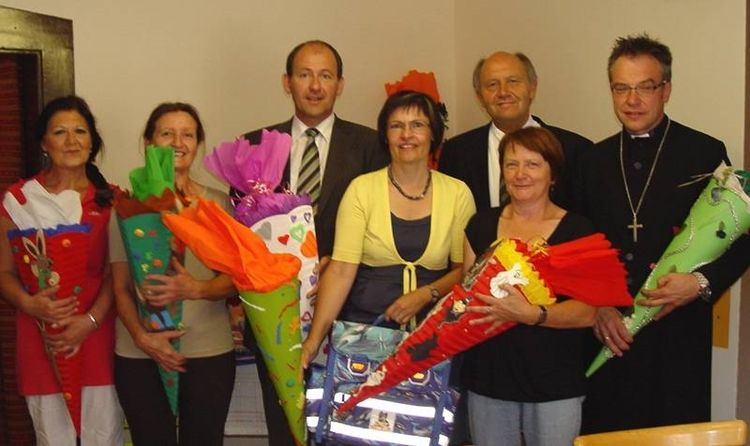 Foto: Bürgerstiftung - (Von links: zwei Mitarbeiterinnen des Leb mit Ladens, Josef Dunkes, Vera Finn, Elfriede Zenglein, Dr. Heinz Sperber, Dekan Dr. Norbert Dennerlein)