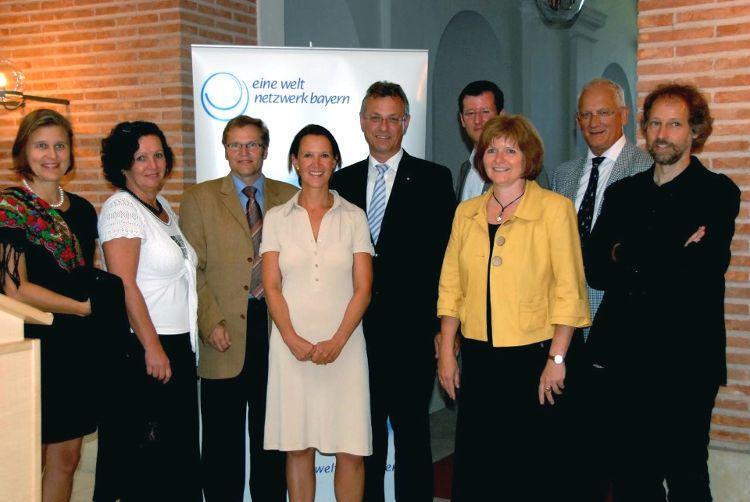 Staatsminister Siegfried Schneider (5. von rechts), Bürgermeisterin Ruth Dorner, (3. von rechts), Dr. Alexander Fonari, Vorsitzender des Eine Welt Netzwerkes Bayern (4. von rechts).