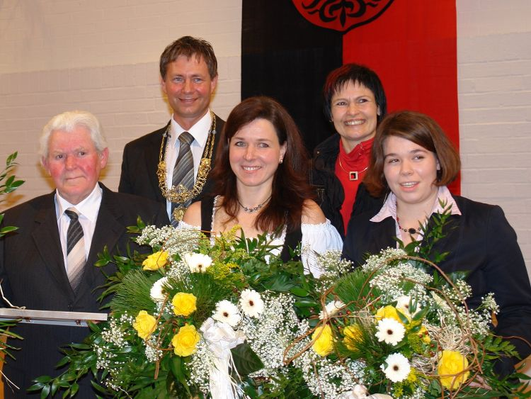 Foto: Dr. Franz Janka - v.l.n.r: Martin Grübler, Oberbürgermeiser Thomas Thumann, Frieda Braun, Vera Finn (FAN) und Katharina Herrmann