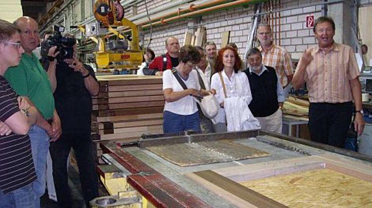 Foto: Ruth Dorner - Geschäftsführer Christof Stölzel (rechts) führt die Teilnehmer durch die Produktion bei