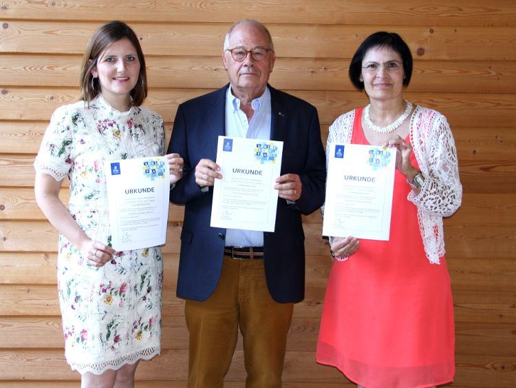 Foto: (Bürgerstiftung/Hiereth): Der Vorstand der Bürgerstiftung freut sich über die hohe Auszeichnung. (Von links: Sophie Stepper, Helmut Rauscher und Vera Finn.)