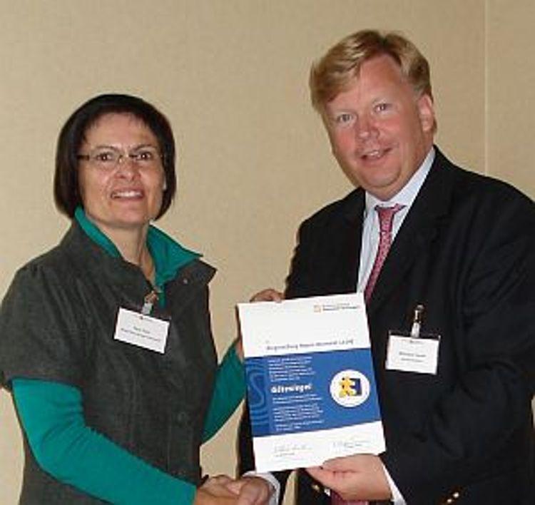 Vera Finn vom Vorstand der Bürgerstiftung nimmt von Nikolaus Turner (Bundesverband Deutscher Stiftungen) das Gütesiegel in Leipzig entgegen.