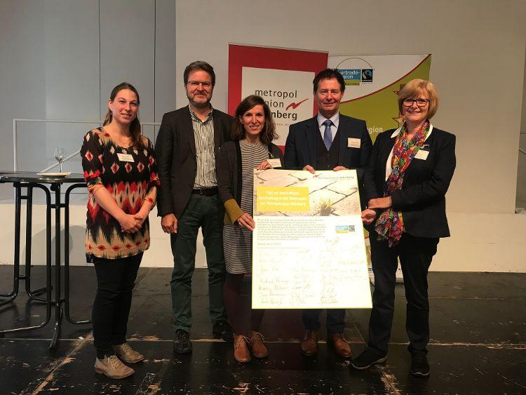 Die Neumarkter Delegation auf dem Fairtrade Gipfel in Bamberg (von rechts nach links): Stadträtin Ruth Dorner, Oberbürgermeister Thomas Thumann, Ralf Mützel, Marica Münch und Marina Malter (Foto: Jürgen Schabel).