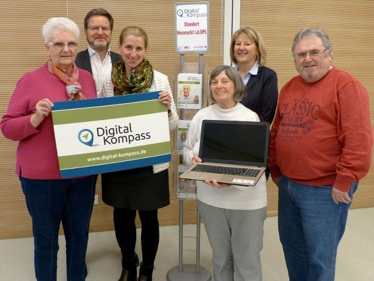 Foto: Herbert Meier - (v.l.n.r.): Erna Vögele (Seniorenbeirat), Ralf Mützel (Bürgerhaus), Katharina Braun (BAGSO), Sieglinde Harres (Seniorenbeiratsvorsitzende), Helga Sommer (Leiterin VHS) und Georg Kerl (Seniorenbeirat)