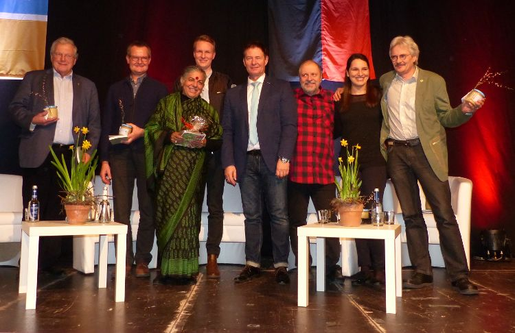 Vandana Shiva (Mitte) mit Oberbürgermeister Thomas Thumann sowie den Podiumsrednern des Abends.