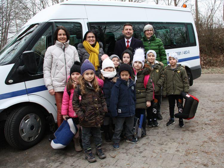 Foto (Hiereth): von links hinten: Birgit Gärtner, Vera Finn, Klaus Zimmermann und Jutta Rother mit Kindern vom BRK-Kindergarten Kohlenbrunnermühle
