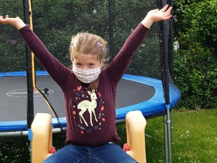 Foto (Alexandra Hiereth): Anna Hiereth präsentiert stolz eine der Kindermasken, die ab Donnerstag zu haben sind.