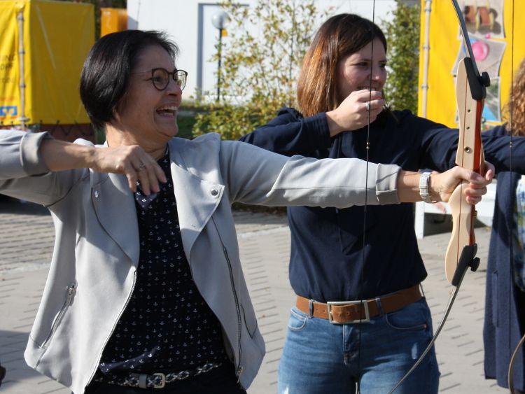 Foto (A. Hiereth): Ziel erreicht – ins  Schwarze getroffen. Bürgerstiftungsakteure freuen sich über das gute Jahresergebnis. (Vera Finn (li) und Sophie Stepper vom Vorstand.)