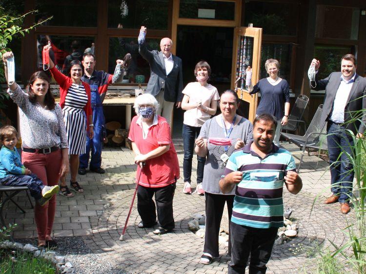 Foto (Anke Mothes): 700 Stoffmasken überreichte die Bürgerstiftung an die Lebenshilfe und die Jurawerkstätten