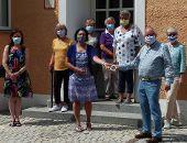 Handarbeitsgruppe übergibt Spende
